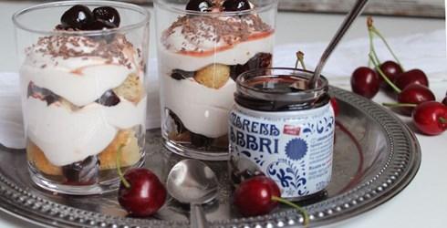 RECEPT: Jogurt tiramisu s kandiranim višnjama
